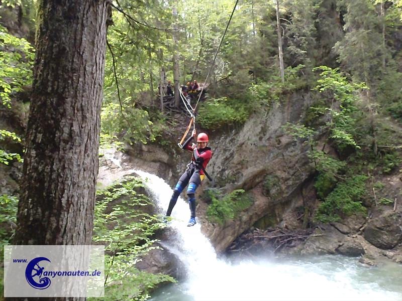 Eine Seilrutsche sorgt im Gunzesrieder Osterbachtobel für noch mehr Spaß
