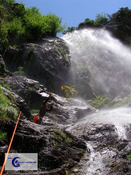 Abseilen unter dem Wasserfall